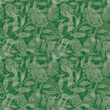 透明手拉的银色欧洲花楸分支用莓果 在绿色背景的无缝的层状传染媒介样式 皇族释放例证
