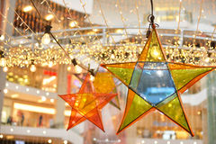 透明星和电灯泡装饰 免版税库存图片