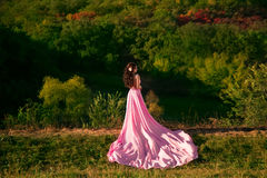透明桃红色礼服的女孩 免版税库存照片