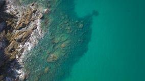 透明浅水区和海海洋鸟瞰图  免版税库存照片