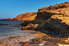 透明清楚的海水、小卵石和礁石 海岛利姆诺斯岛,希腊 免版税库存图片