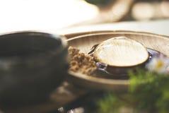 透明点心,墨池,在木板材,用甜调味汁和一些糖 免版税库存照片
