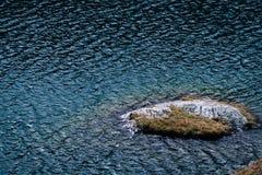 透明的天蓝色的水 冒险野营的旅游业和帐篷 在水附近的风景室外在Lacul Balea湖,Transfagarasan, 免版税库存图片