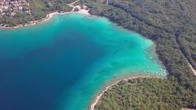 透明的水鸟瞰图海岸线inisland的与小船克尔克岛,克罗地亚 影视素材