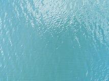 透明的海水纹理的鸟瞰图 从自然蓝色背景上的看法 绿松石波纹在tr的水反射 库存照片