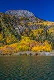 透明的湖水,在Silverton和Ouray科罗拉多之间的状态路线550在秋天 免版税库存图片