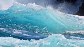 透明的蓝色波浪特写镜头 免版税库存图片