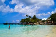 透明的蓝色海在多米尼加共和国 免版税库存图片