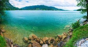 透明高山蓝色湖的全景 库存照片