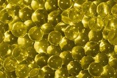 透明黄色水凝胶球 与bokeh的黄色水胶凝体球 聚合物胶凝体矽土凝胶 与反射的液晶屏水晶球 库存照片