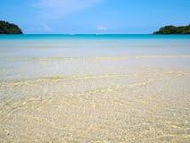 透明水晶蓝色海水表面波纹背景铺沙与太阳反射在夏天 背景彩色插图模式无缝的向量水 海洋w 库存图片