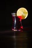 透明玻璃杯子用热的木槿茶 从上面的蒸气 黑色背景 库存图片