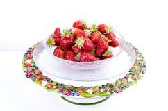 透明玻璃碗用草莓 免版税库存图片