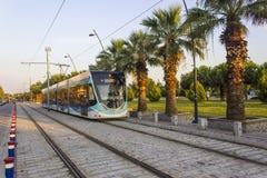 透视射击了在行动的电车轨道与步行石头在日落时间在伊兹密尔在土耳其 库存图片