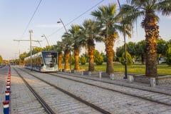透视射击了有步行石头的电车轨道在日落时间在伊兹密尔在土耳其 免版税图库摄影