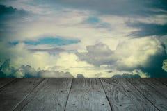 透视木阳台地板和被称呼的多云天空葡萄酒 图库摄影