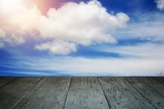 透视木阳台地板和被称呼的多云天空葡萄酒 免版税库存照片