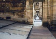 透视通过穹顶和曲拱在大教堂中央寺院二米兰的屋顶 免版税图库摄影