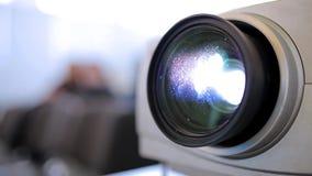 透镜在戏院的放映机特写镜头 股票录像