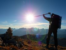 透镜火光瑕疵 有杆的所有背包徒步旅行者在手中 在落矶山脉的晴朗的天气 库存图片