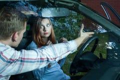 逐出妇女的人从汽车 免版税图库摄影