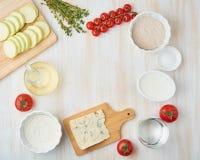 逐步的食谱 与菜的自创galette 顶视图,白色木桌 免版税库存照片