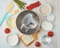 逐步的食谱 与菜的自创galette 顶视图,白色木桌 库存照片