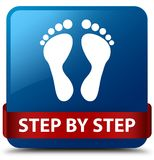 逐步的(脚印象)蓝色方形的在m的按钮红色丝带 库存图片