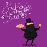 递与文本Shabbat shalom的书面拿着鸡蛋面包和杯子的字法和犹太教教士 免版税库存照片