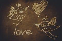 递与白垩的图画在黑板、逗人喜爱的kawaii鸟、心脏和词爱, StValentineÂ的 免版税库存图片