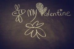 递与白垩的图画在黑板,逗人喜爱的kawaii蜂,心脏,并且词是我的华伦泰 免版税库存图片