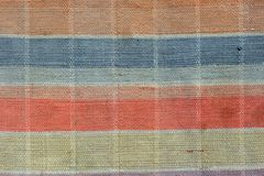 递与红色,黄色和其他颜色的被编织的地毯 库存图片