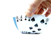递举一个死的人的手,两对纸牌游戏手consistin 图库摄影