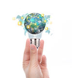 递举行与社会网络地球的电灯泡  库存照片