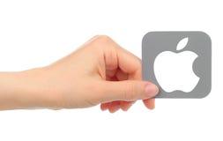 递举行在白色背景隔绝的苹果计算机象 免版税库存照片