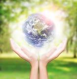 递举行地球美国航空航天局完成的环境元素 免版税库存图片
