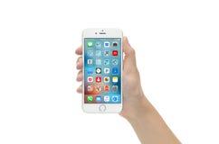 递举行新的银色iPhone 6反对白色背景 免版税库存图片