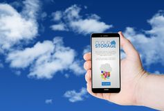 递举行有云彩存贮的一个电话在屏幕上 免版税库存图片