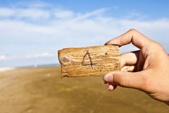 递举行木头和平与被刻记的第4的 库存照片