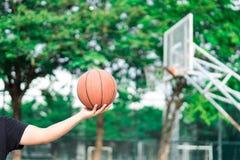 递举行篮球在锻炼的篮球场 图库摄影