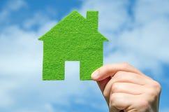 递举行eco房子在蓝天的象概念有云彩背景 库存图片