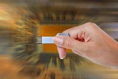 递举行USB数据存储反对光和电路 图库摄影