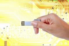递举行USB数据存储反对光和电路 库存照片