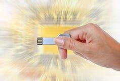 递举行USB数据存储反对光和电路 免版税库存图片