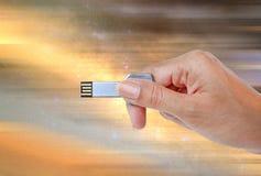递举行USB数据存储反对宇宙光和电路 免版税库存照片