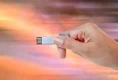 递举行USB数据存储反对宇宙光和电路 库存图片