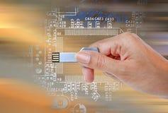 递举行USB数据存储反对明亮的光和电路 库存图片
