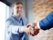 递人震动 确信的商人与彼此握手 免版税库存图片