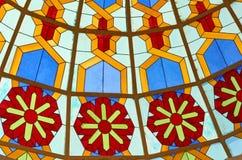 递从教会窗口的被制作的玻璃艺术与花和生动 免版税库存图片