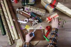 递假日圣诞节的礼品包装材料纸 免版税图库摄影